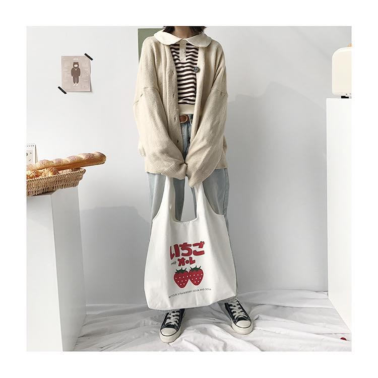 Túi đeo vai canvas in hình quả dâu có giá thành rẻ, chất liệu tốt với kiểu dáng cá tính, thiết kế trẻ trung, năng động