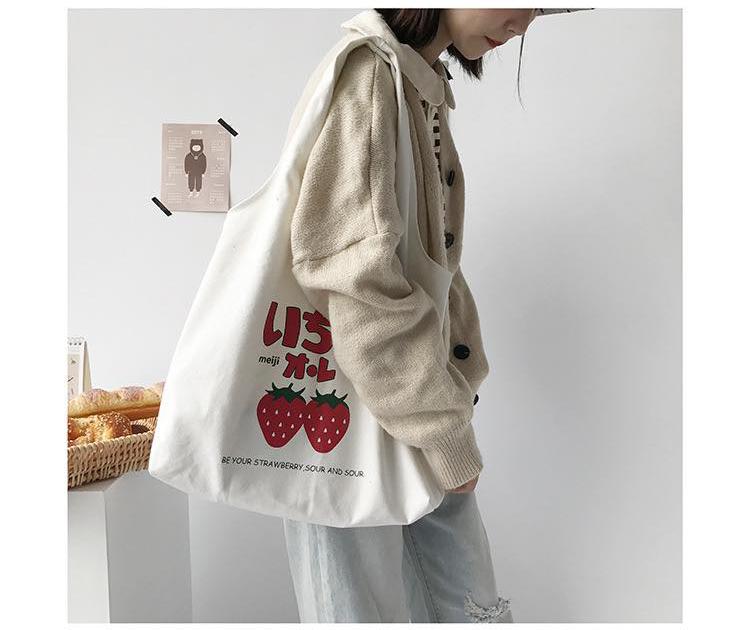 Túi xách tay in hình quả dâu sử dụng vải canvas cao cấp, dung lượng chứa lớn, hợp lý, nhiều ngăn to nhỏ khác nhau tiện lợi, gọn gàng