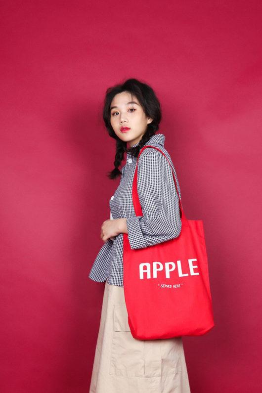Túi canvas màu đỏ cực kỳ nổi bật, là một trong những màu được nhiều người yêu thích nhất