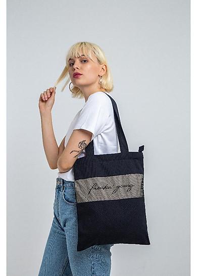 Túi canvas màu đen đã trở thành người bạn không thể thiếu của các bạn dù là nam hay nữ