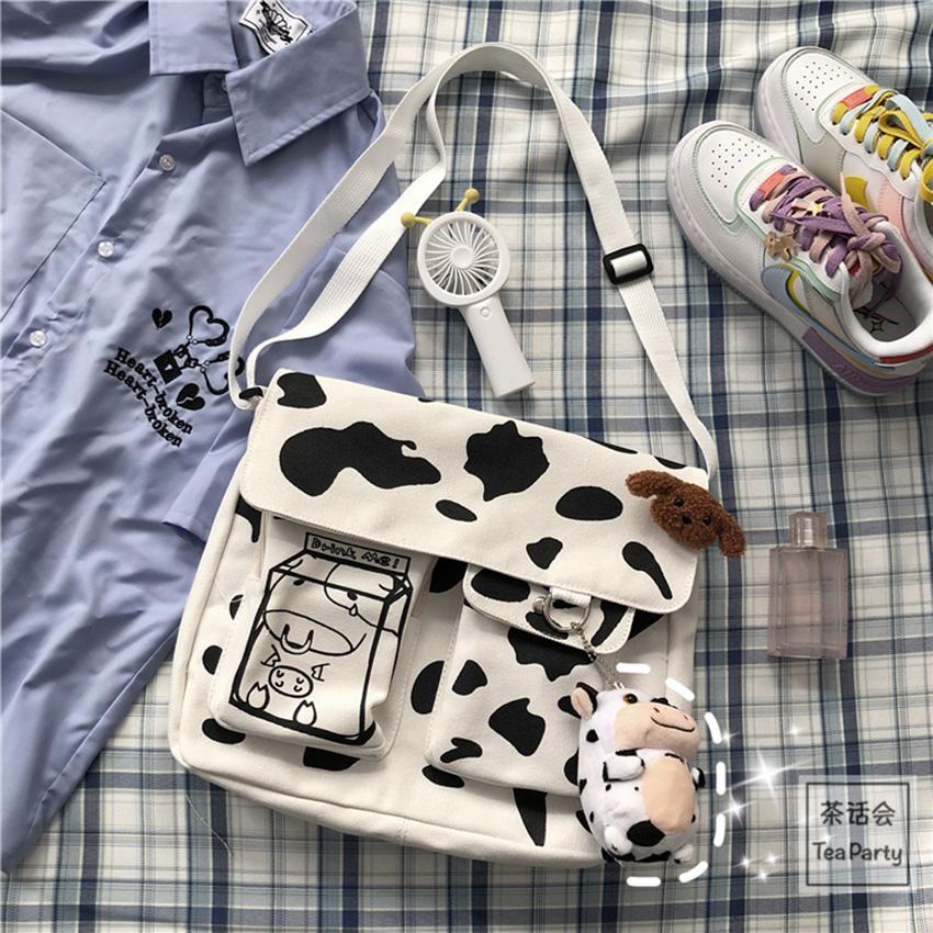 Kiểu dáng nhỏ gọn, tiện lợi cùng họa tiết bò sữa đáng yêu trẻ trung, hợp mốt.