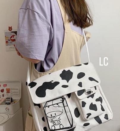 Với chiếc túi canvas đeo chéo họa tiết bò sữa này bạn sẽ tự tin, trẻ trung và năng động hơn