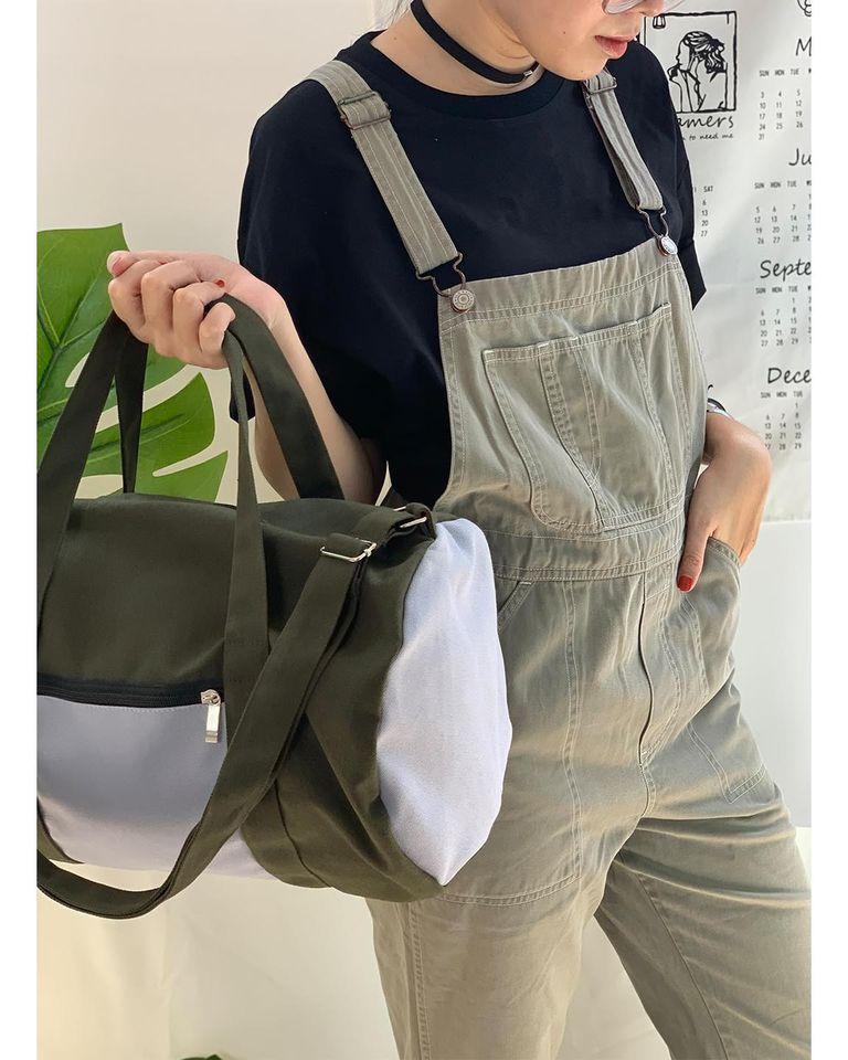 Thiết kế nhỏ gọn, tiện dụng, dễ đeo và dễ phối đồ là điểm mạnh của chiếc túi trống này trong mắt các bạn trẻ.