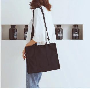 Chiếc túi vải canvas công sở sẽ là lựa chọn tuyệt vời cho các bạn thể hiện sự thông minh, tinh tế trong gu thời trang, thẩm mỹ của mình khi đi làm
