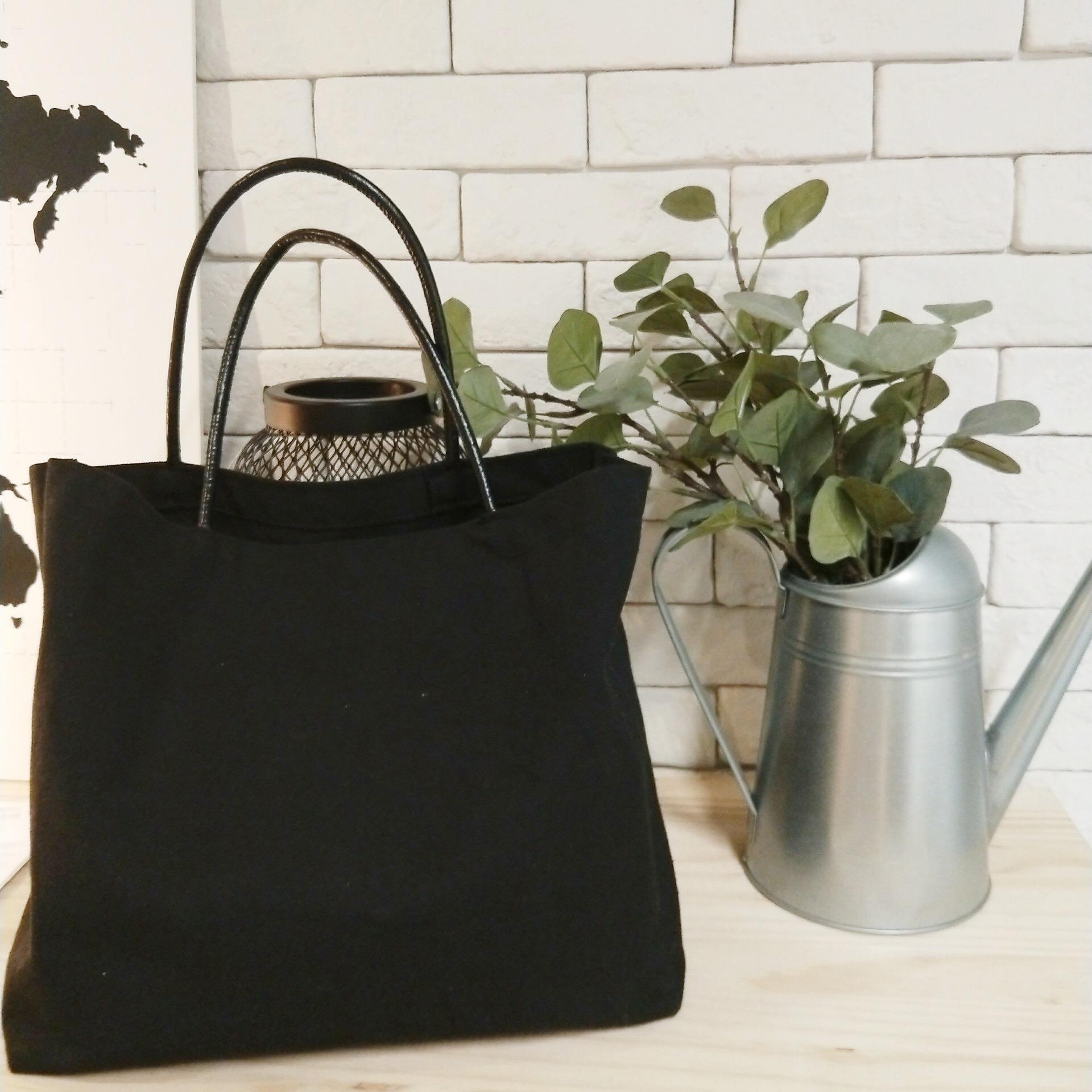 Chiếc túi canvas màu đen không chỉ giúp bạn làm nổi bật lên trang phục hàng ngày mà còn khiến bạn toát lên vẻ sang trọng, lịch sự