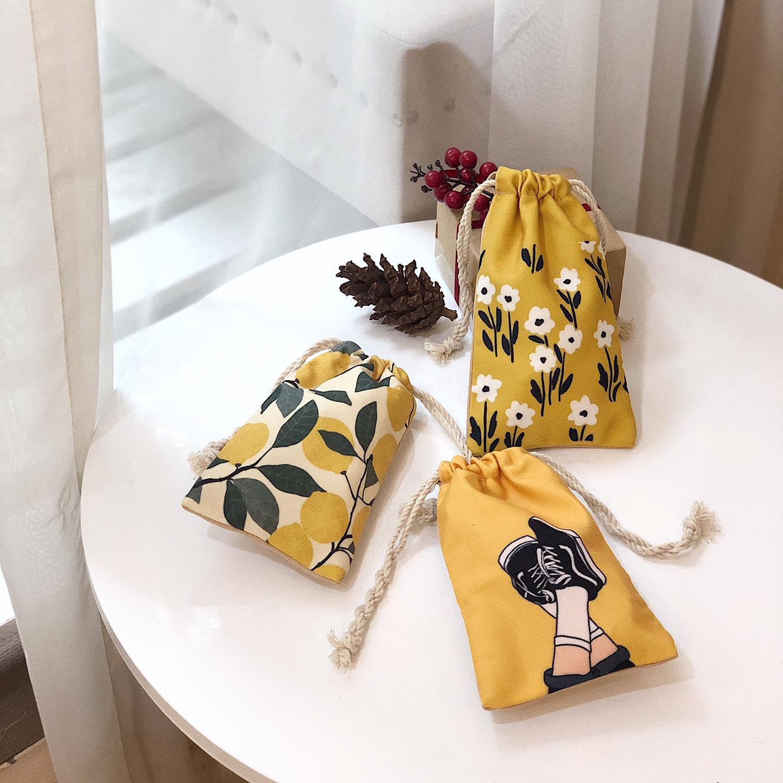 Một chiếc túi rút vải bố là không thể thiếu đặc biệt kích thước nhỏ sẽ mang lại sự tiện dụng, thoải mái