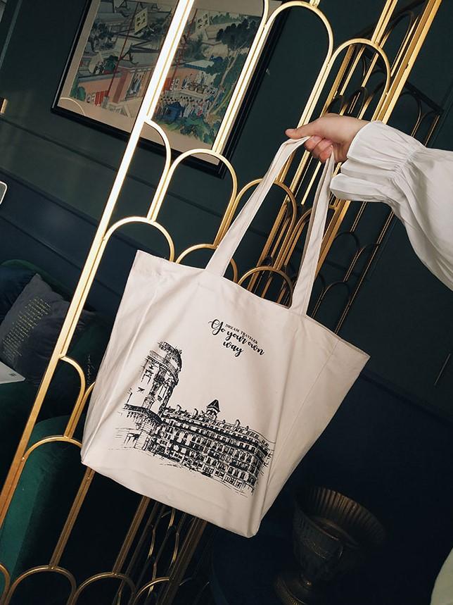 Túi xách vải canvas in slogan ý nghĩa cũng bắt kịp xu hướng, trở thành phụ kiện cá tính, trẻ trung, hiện đại.
