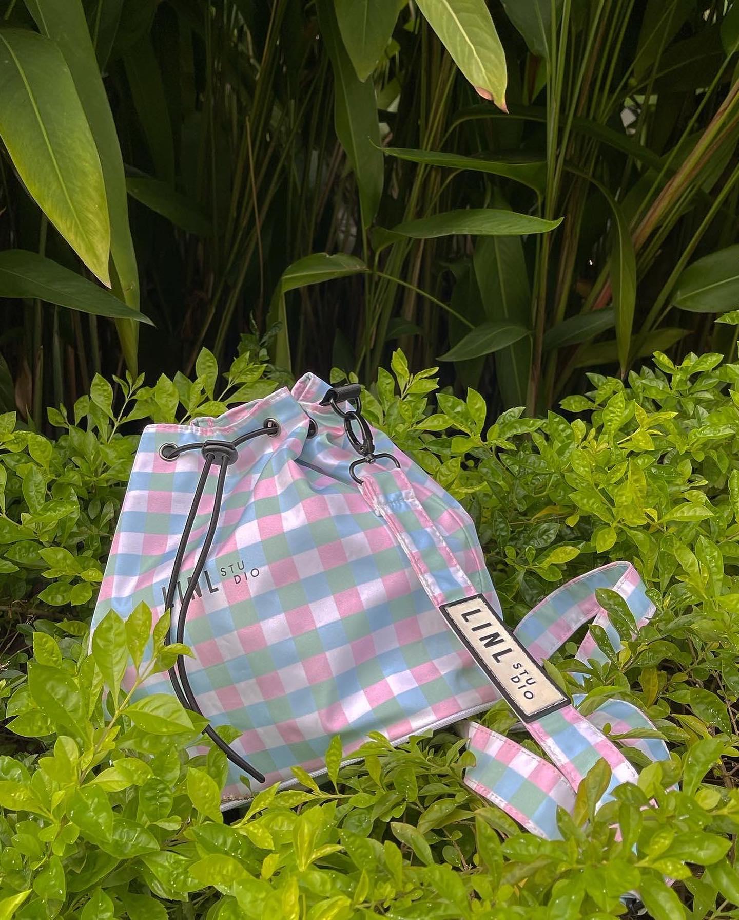 Chiếc túi canvas này có thể đeo theo 3 cách tạo nên 3 cá tính thời trang khác nhau: đeo chéo, đeo vai ngắn, đeo balo
