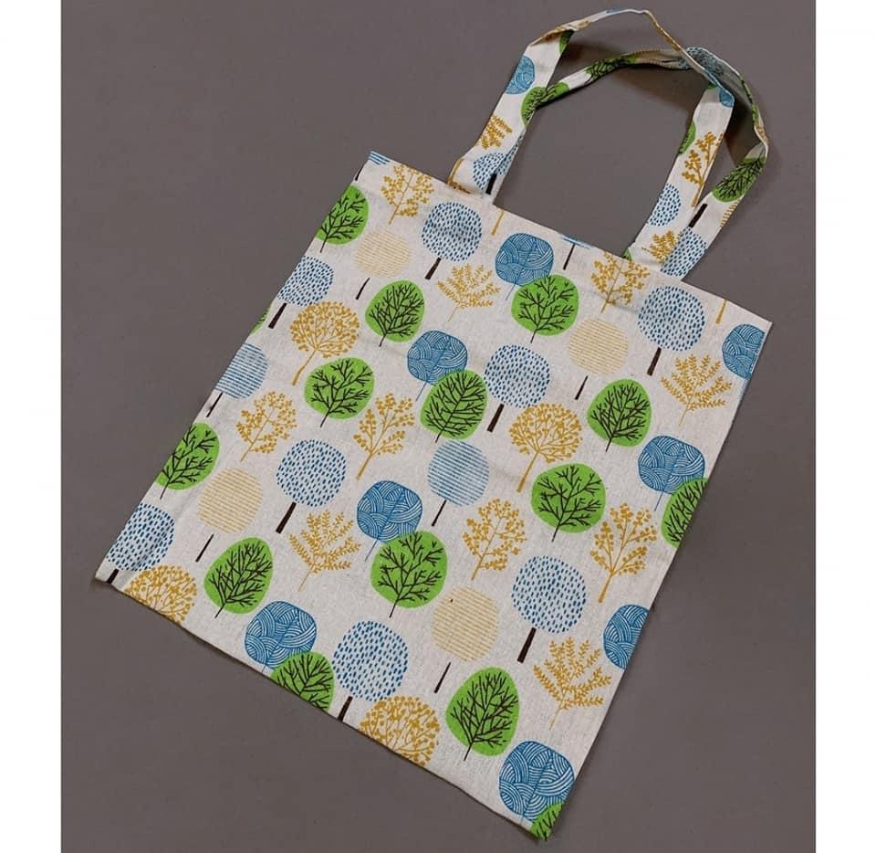 Túi canvas đeo vai họa tiết cây lá với sự nổi bật trong thiết kế và tính năng mang lại