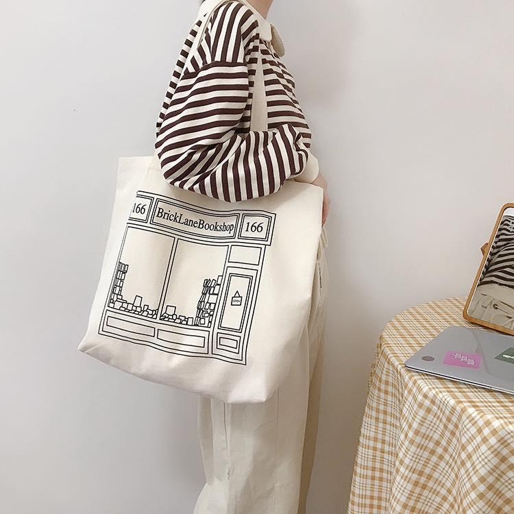Chiếc túi tote oversize vải canvas đang được yêu thích và nhận được rất nhiều feedback tốt từ khách hàng