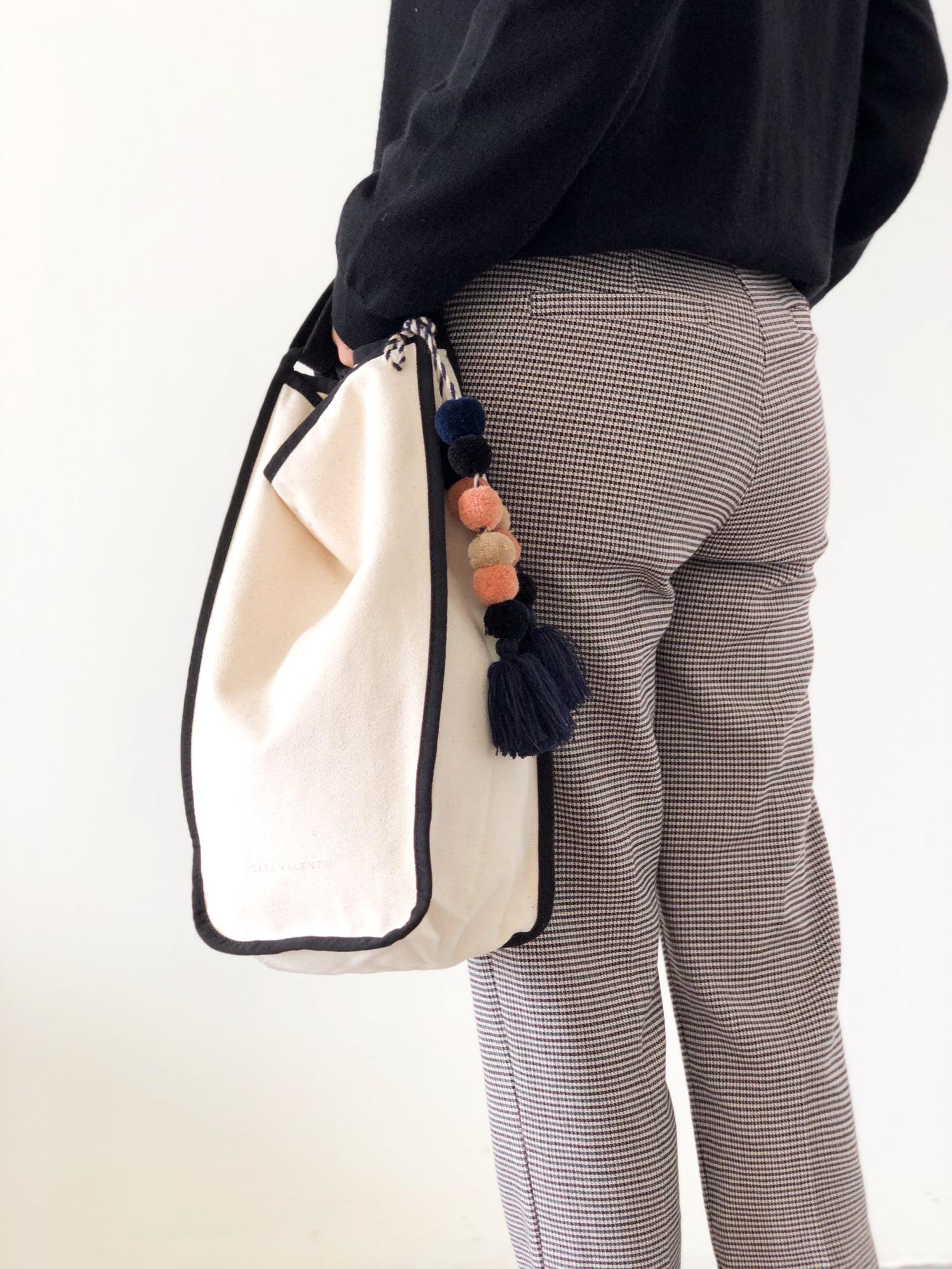 Đơn giản, đẹp, trẻ trung, cá tính và thậm chí là có thể tạo phong cách huyền bí với túi vải canvas basic