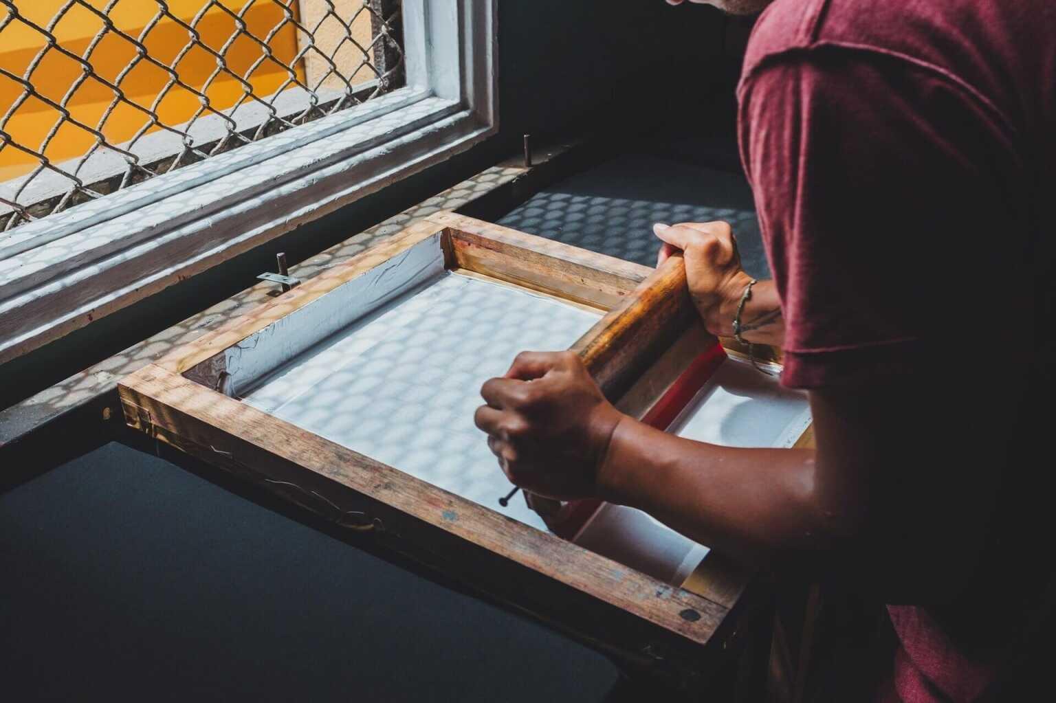 Thực hiện các bước in lụa lên túi vải canvas yêu cầu một số vật tư và một số kỹ năng