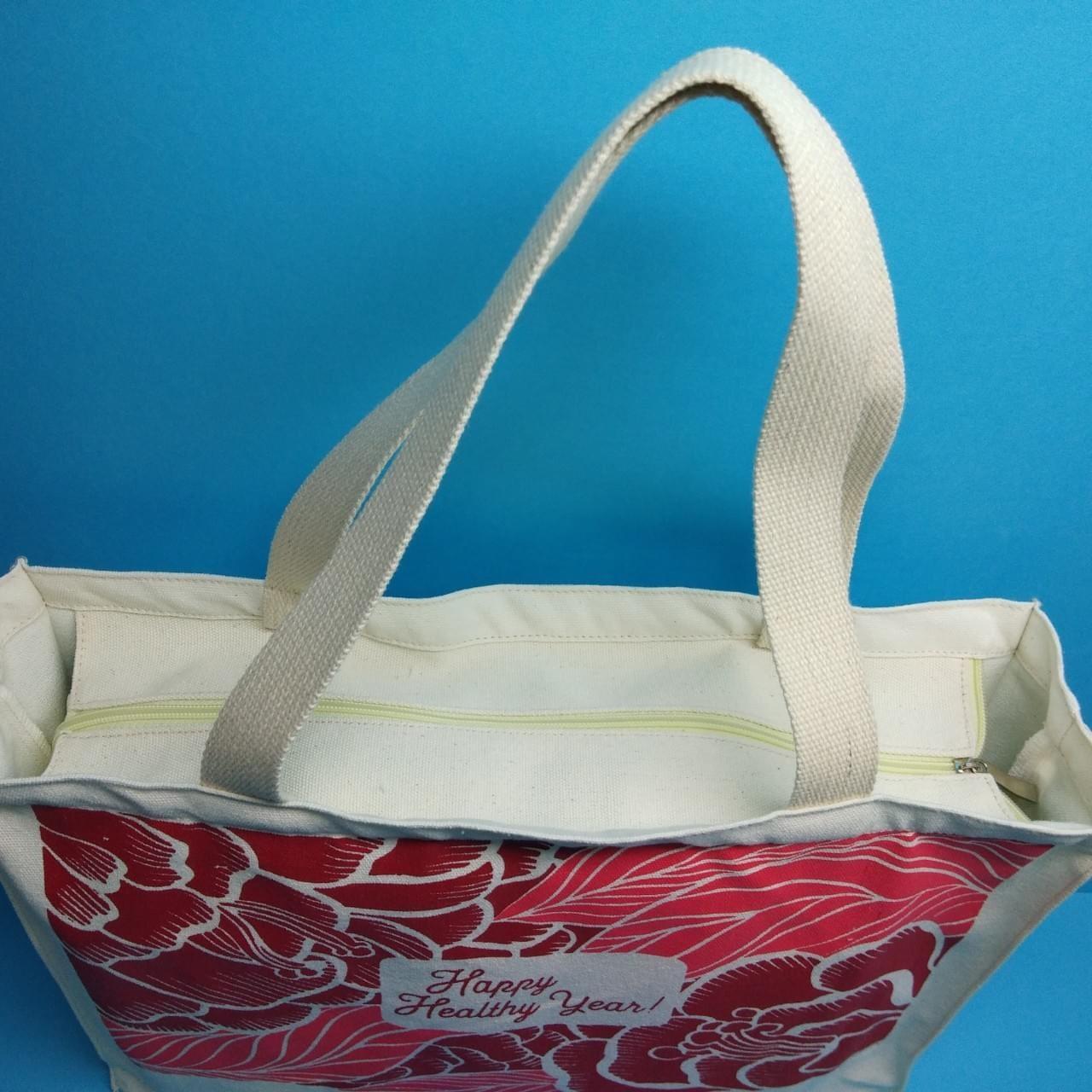 Túi với chất liệu vải canvas, ngăn đựng rộng, khóa kéo kín đáo, bạn sẽ thấy gọn gàng hơn với sức chứa vừa vặn của túi