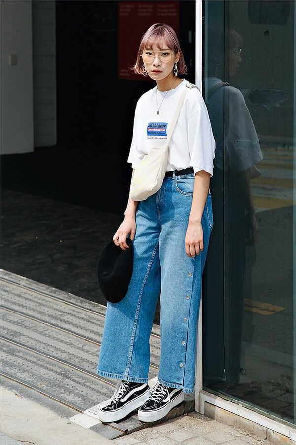 Set đồ vô cùng năng động, khỏe khoắn: Bộ ba áo thun – quần jeans – túi tote