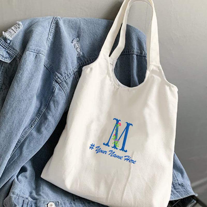 Sử dụng một chiếc túi tote thêu tên sẽ khiến cho chủ sở hữu có được sự thích thú và tự tin hơn khi đeo chúng