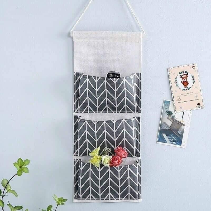 Túi vải treo tường tiện ích 3 ngăn lớn giúp lưu trữ các vật dụng trong nhà một cách gọn gàng, ngăn nắp và tiết kiệm không gian tối đa cho ngôi nhà bạn.