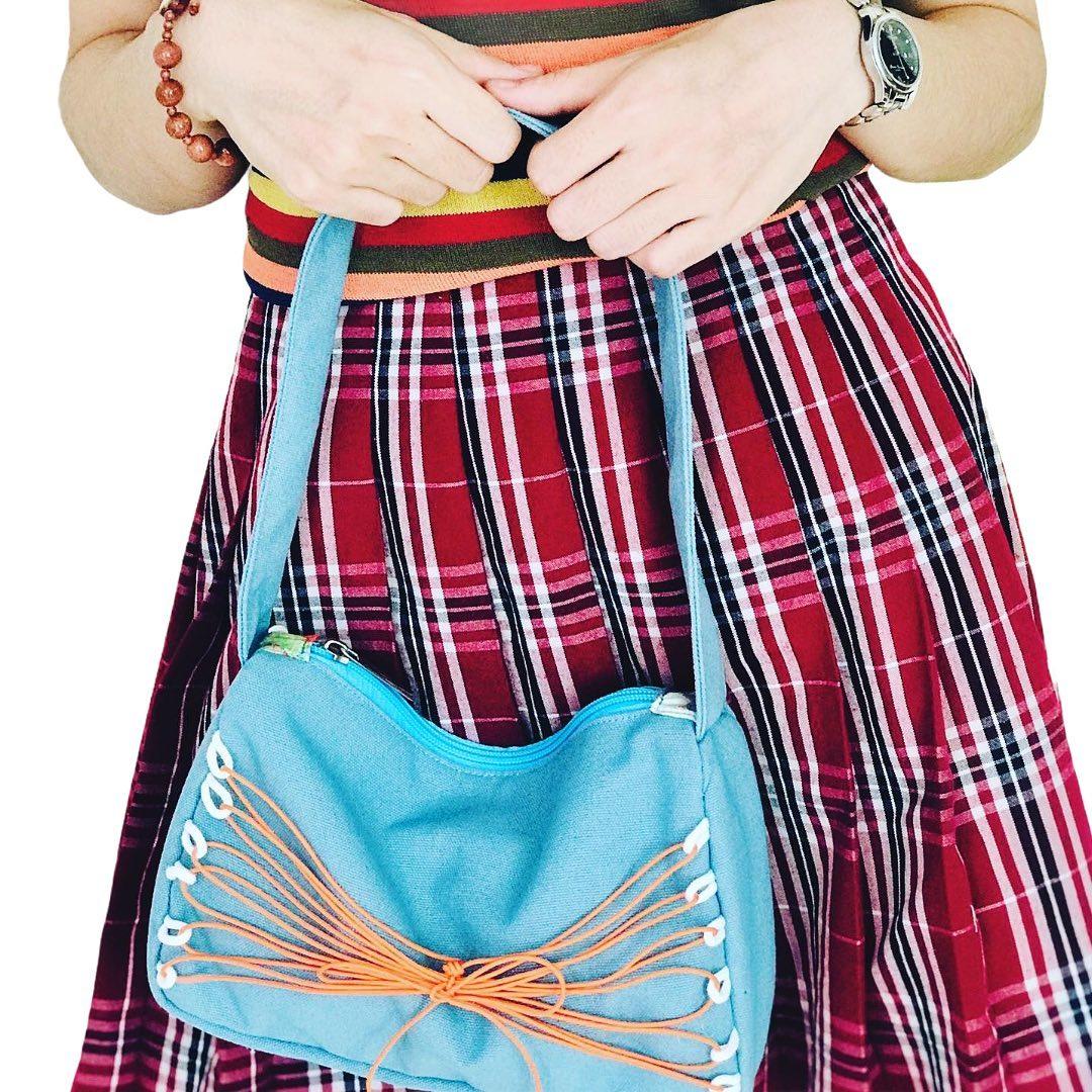 Không chỉ nổi trội bởi sự tiện dụng, thời trang, chiếc túi xách canvas mini này còn phù hợp với mọi vóc dáng giúp người mang nổi bật và thu hút